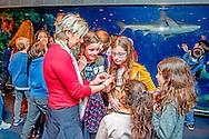 ROTTERDAM - Nederland, Rotterdam, 23 februari 2017. De Raad van Kinderen van het Marine Stewardship Council (MSC) heeft vanmiddag in het Oceanium van Diergaarde Blijdorp adviezen gepresenteerd aan MSC en haar partners, over duurzame visvangst en de rol van verschillende partijen die betrokken zijn in de keten van vangst tot bord. Na de presentatie van het advies gingen de kinderen met onder meer Staatssecretaris Martijn van Dam (Ministerie van Economische Zaken) in dialoog over het onderwerp. Prinses Laurentien trad namens de door haar opgerichte Missing Chapter Foundation op als facilitator. Foto en bijschrift vallen buiten verantwoordelijkheid van de Algemene Nieuwsdienst van het  COPYRIGHT ROBIN UTRECHT