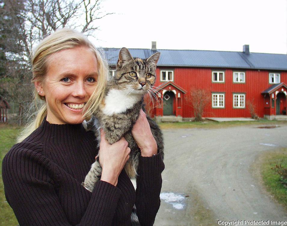 Gunn Kjenstad, 34, Sn&aring;sa frp, og katten tigergutt<br /> dig