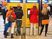 Bezoekers van Koninginnedag 2012 op het station van Utrecht Centraal.<br /> <br /> Visitors of Queensday in Utrecht are buying train tickets to go home