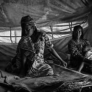 Amina quand à elle a 14 ans. Elle, rêve d'épouser un homme plus âgé qui prendra soin d'elle. Dans sa tente à Gado, sous le regard inquisiteur de sa mère, elle pense à son avenir. Elle aimerait également beaucoup aller à l'école, par curiosité surtout. Sa mère ne l'encourage guère dans cette voie, pensant qu'une fille de la campagne n'a rien à y faire, qu'elle ne pourrait pas suivre de toutes façons. Se marier jeune, c'est l'assurance pour la famille de vivre mieux. Le mari pourra subvenir aux besoins de sa fille, et peut-être même sera-t-il d'une aide précieuse pour elle-même, maintenant qu'il n'y a plus d'homme à la maison. La survie reste la préoccupation majeure des centrafricains exilés et le mariage précoce sonne plus que jamais comme une solution solide aux maux du quotidien.