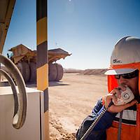 Juan Rivera, abastecimiento a camión en mina Spence. Copec, 80 años. Antofagasta, Chile. 09-06-15, 12:11:51 (©Alvaro de la Fuente/Triple.cl)