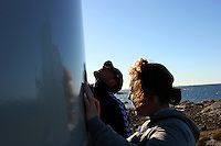 To stykker studerer en vindmølle, two persons looking at a windmill
