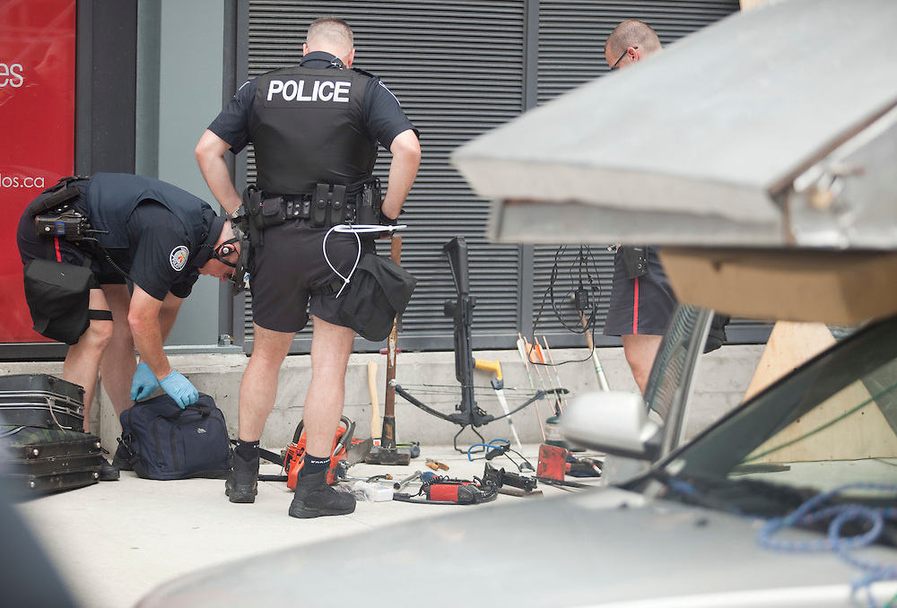 Toronto Police sort through the contents of a car after they stopped a suspicious vehicle in the city's core June 24, 2010. Police are on high alert as world leaders have started to arrive in town for the G8/G20 summits this weekend. <br /> AFP/GEOFF ROBINS/STR