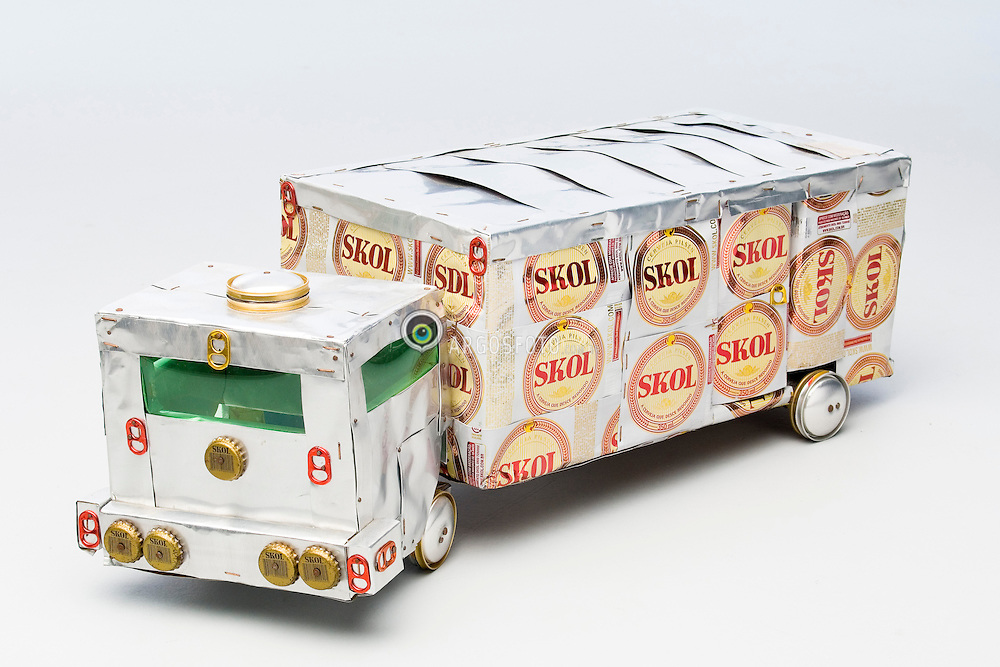 Caminhao de brinquedo feito com latas de aluminio recicladas / Toy truck made of recycled aluminium cans