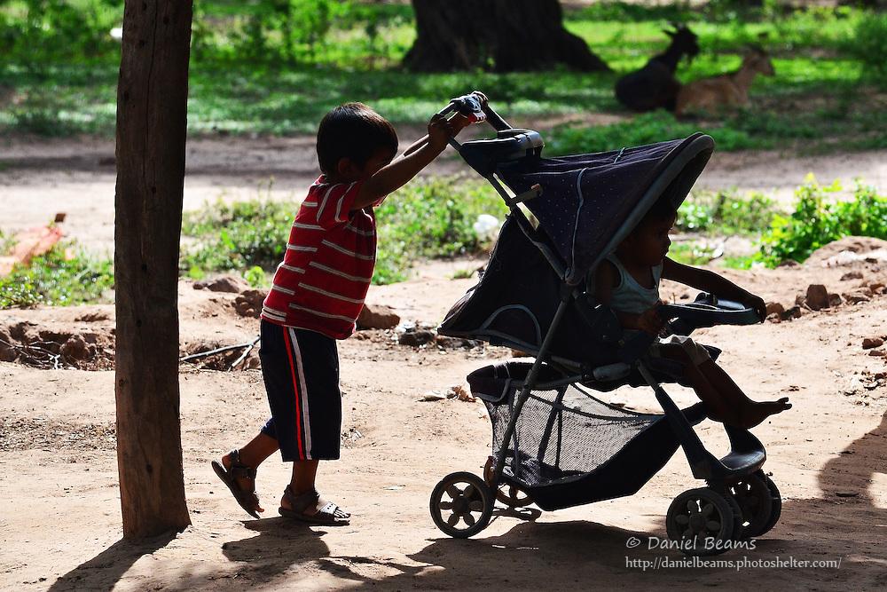 Guarani children in Isosog