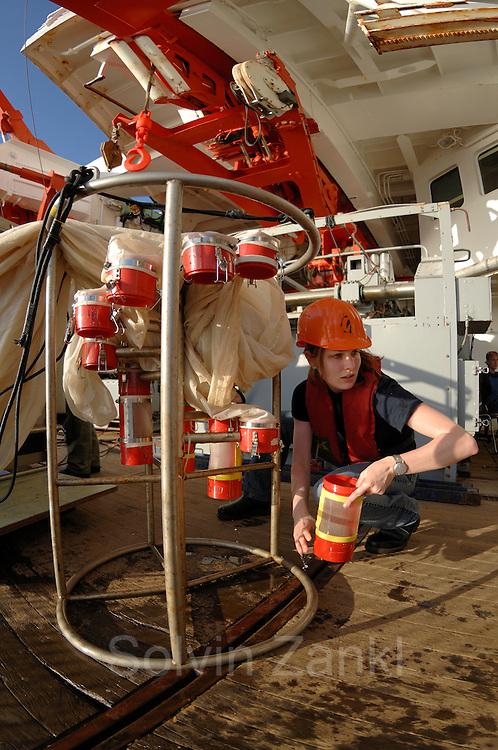 Die Doktorandin Svenja Kruse von der Abteilung für Biologische Ozeanographie des Alfred-Wegener-Instituts für Polar- und Meeresforschung in Bremerhaven leert die einzelnen Fangbehälter des Multinetzes. Dieser Fang kam aus 1000 m Tiefe.   research   Deep Sea plankton   Tiefsee Plankton   Multinetz   Forschung