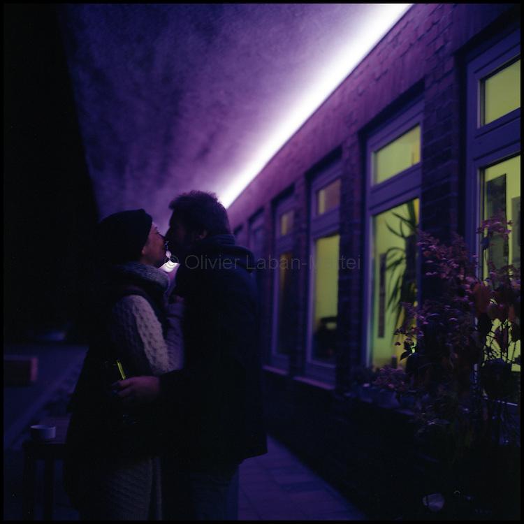 Le 22 octobre 2011, frontière Allemagne / Belgique, près d'Aix La Chapelle, RN 68. Un couple s'embrasse devant l'ancien poste frontière allemand de Köpfchen transformé en bar et salle culturelle.