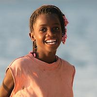 Crianças de Angola, alegres e com sorrizos incondicionais, residentes da restinga do Mussulo, província de Luanda