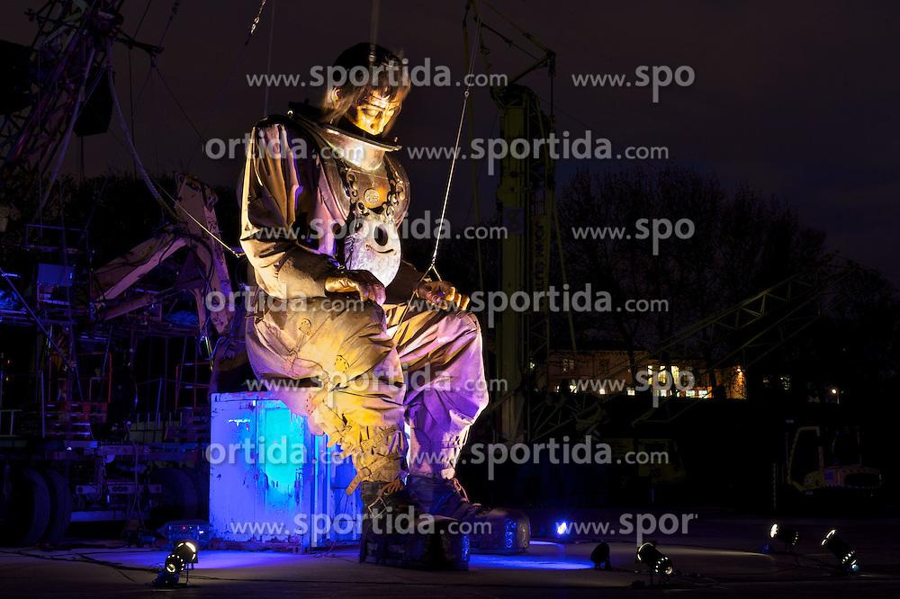 """20.04.2012, Liverpool, England, GBR, Sea Odyssey, a Giant Spectacular, im Bild der Onkel des kleinen Riesen Mädchens, eine 15 Meter hohe Marionette, schlaeft im Stanley Park in Liverpool. Das weltweit größte Straßentheater """"Sea Odyssey, a Giant Spectacular"""" der Straßentheatergruppe Royal de Luxe aus Frankreich und ist Teil einer Reihe von Veranstaltungen anlässlich des 100. Jahrestages des Untergangs der Titanic. Sea Odyssey ist eine magische Geschichte über Liebe, Verlust und Wiedersehen auf einem gigantischen Maßstab gespielt und begeistert in den Strassen von Liverpool Hunderttausende Zuschauer // The Little Girl Giant's Uncle, a 50ft tall marionette, sleeps in Stanley Park, Liverpool. The giant is part of a street theatre production entitled Sea Odyssey - a Giant Spectacular. Two marionettes controlled by lilliputians, a driver and a girl, his niece, will roam through the city's streets looking for each other during the three day production. The free event, organised by French company Royal de Luxe is one of a series of events marking the 100th anniversary of the sinking of the Titanic. EXPA Pictures © 2012, PhotoCredit: EXPA/ Propagandaphoto/ David Rawcliffe..***** ATTENTION - OUT OF ENG, GBR, UK *****"""