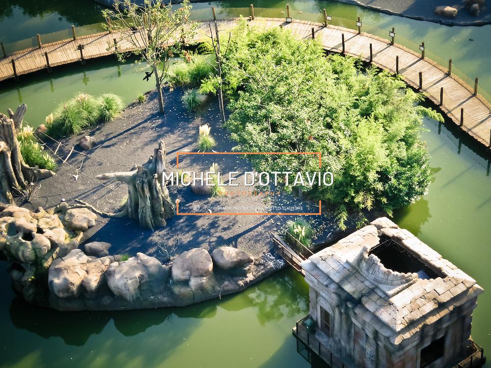 SUMATRA, un'area di 10.000 mq &egrave; stata costruita una passerella che attraversa un lago con al centro un'isola che ospita una coppia di siamanghi, Queenia e Kiang, primati della famiglia dei gibboni.<br /> <br /> ZOOM Torino &egrave; un bioparco immersivo, una struttura unica sul territorio nazionale che segue la filosofia della Landscape Immersion. Niente reti, gabbie e cancelli, ma cespugli e vasche d&rsquo;acqua, per un viaggio emozionante attraverso l&rsquo;Africa e l&rsquo;Asia durante il quale vedere gli animali rappresentativi di queste zone davvero da vicino e in contesti naturali che riproducono le ambientazioni dei due continenti simbolo di biodiversit&agrave;.<br /> <br /> ZOOM Turin is an immersive bioparco a unique place in the national territory that follows the philosophy of Landscape Immersion. No nets, cages and gates, but bushes and ponds, for an exciting journey through Africa and Asia during which see the animals representative of these areas really up close and in natural contexts that reproduce the settings of the two continents symbol of biodiversity