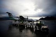 SVOLVÆR 20081013; Bilde fra Lofoten. Natur, fly, Widerøe-fly med baggasjelasting. Svolvær Lufthavn.  FOTO: TOM HANSEN