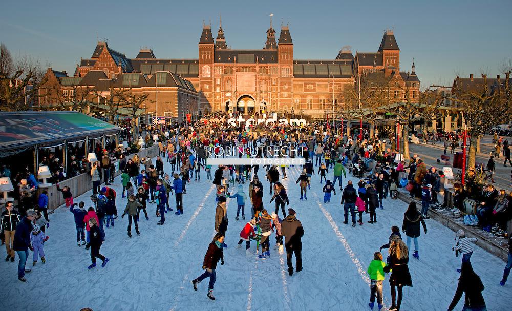 AMSTERDAM - Iceskating in front of the Rijksmuseum in Amsterdam during the cristmas vacation. Schaatsen op het museumplein voor het rijksmuseum COPYRIGHT ROBIN UTRECHT