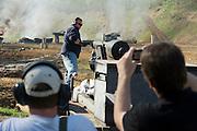 Die Maschinengewehr und Waffen Show in Knob Creek, Luisville, Kentucky, USA, ist die groesste seiner Art in Nordamerika. An drei Schiessstaenden werden Waffen aller Art abgefeuert, vor allem Schnellfeuergewehre. Auch Kinder duerfen hier das Schiessen mit dem Maschinengewehr ueben. Im Angebot ist auch ein Jungle Walk, auf welchem je ein Teilnehmer mit einer Uzi auf im Wald versteckte Metallscheiben schiesst..Auch eine alte funktionstuechtige Kanone wurde eigens von Micah Kaminski und seinem Vater nach Kentucky gebracht, sie wurde einfach unverdeckt als Anhaenger hinter dem Auto hergezogen..Auf der grossen Schiessanlage werden alte Motorboote, Autos, Kuehlschranke, Computer etc  in Brand geschossen. Fuer die zahlreichen Regierungsgegner werden auch immer wieder gerne ausrangierte Wahlkabinen aufgestellt und mit Begeisterung zerschossen.