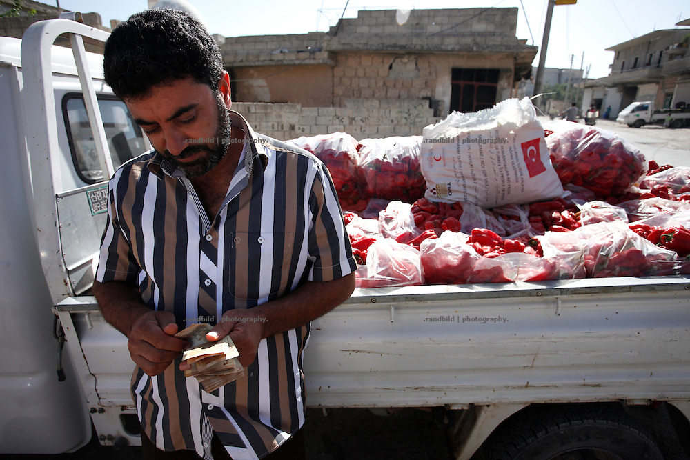 A delivery of fresh paprika has arrived in the morning on the market in Koreen. Vendors and customers negotiate prices and take their goods.<br />
