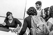 La psicólogo clínico, Carolina Mora (i) ríe junto a un grupo de estudiantes durante una clase de Psicología General impartida en la Universidad Central de Venezuela (UCV). Caracas, 13 de junio de 2014. (Foto/Ivan Gonzalez)