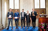 AMSTERDAM - Willem Alexander  samen met winnaar Koen Doodeman , de Koning Willem Alexander  reikt vrijdagmiddag 10 oktober de Koninklijke Prijs voor Vrije Schilderkunst 2014 uit in het Koninklijk Paleis Amsterdam. Vier jonge kunstenaars ontvangen deze aanmoedigingsprijs, een bedrag van 6500 euro. Na de feestelijke uitreiking opent de Koning de tentoonstelling waar de winnende werken en een selectie uit de overige ingezonden schilderijen te zien zijn.  COPYRIGHT ROBIN UTRECHT