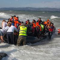 GRIECHENLAND, Lesbos, Efthalou, 31.10.2015 / Mit zunehmenden Herbststuermen wird auch die Ueberfahrt aus der Tuerkei nach Lesbos immer schwieriger. Trotzdem versuchen jeden Tag Hunderte von Menschen die gefaehrliche Ueberfahrt. Bei Ankunft an der Kueste versuchen freiwillige Helfer, die Menschen moeglichst schnell ins Trockene zu bringen und zu verpflegen. Oertliche Polizei oder Krankenwagen sind hier nicht anwesend - fuer die gesamte Insel gibt es nur 2 Rettungswagen.