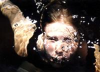 Jente med hodet under vann, girl with her head under water