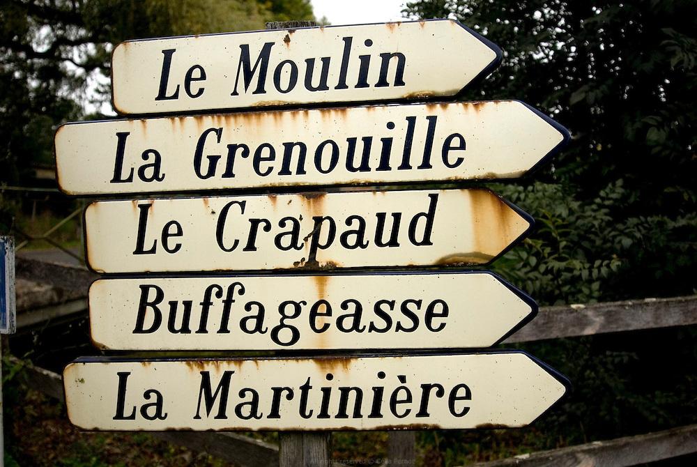 Panneaux de signalisation de lieux-dits à la campagne : Le Moulin, La Grenouille, Le Crapaud, Buffageasse, La Martinière