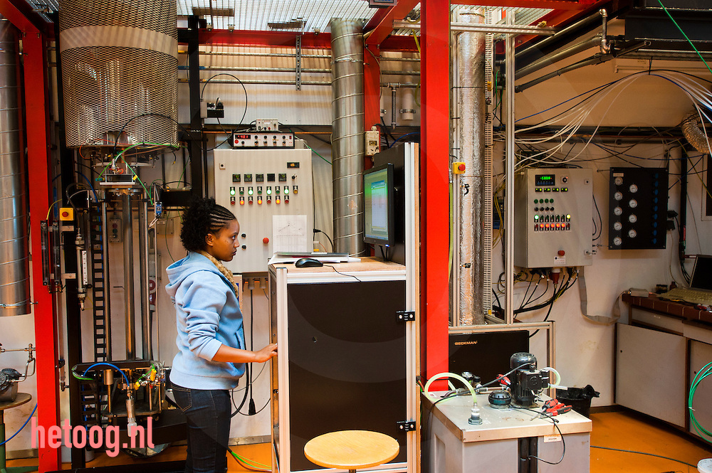 nederland enschede universiteit Twente d.d. 07-09-2010 studente in het lab Op de UT waar men werkt aan het berbeteren van het proces pyrolyse waarmee men uit biomassa brandstof kan halen. door verhitting verkrijgt men houtskool gas en de olie waar het v.n.l. om te doen is. die olie bevat echter nog teveel water, is veel te zuur en te onzuiver. foto: Cees Elzenga / Hollandse Hoogte