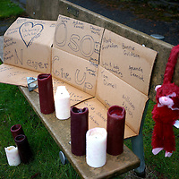 A small memorial to mudsilde victims is set up on a bench Arlington, Washington March 28, 2014.  Rescue officials said the death toll from a catastrophic mudslide in Washington state is soon expected to climb far higher, as some residents voiced anger that they were prevented from helping in the initial disaster response six days ago.   REUTERS/Rick Wilking (UNITED STATES)