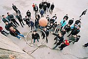 Auf dem Schulhof dieser armenischen Dorfschule treffen sich die Jungen in den Pausen, um Basketball zu spielen.- Armenian boys playing basketball on their schollyard.