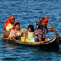 Kuna Indian women in boat, Indigenous, Isla Porvenir, Island, Kuna Indian Territory, San Blas Archipelago, Panama, Central America