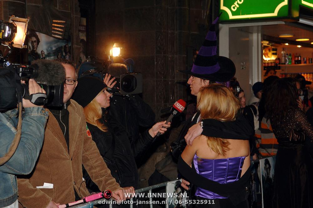 NLD/Amsterdam/20051121 - Premiere Harry Potter en de Vuurketel, Eric de Zwart en partner Marieke van den Brink staan de pers te woord