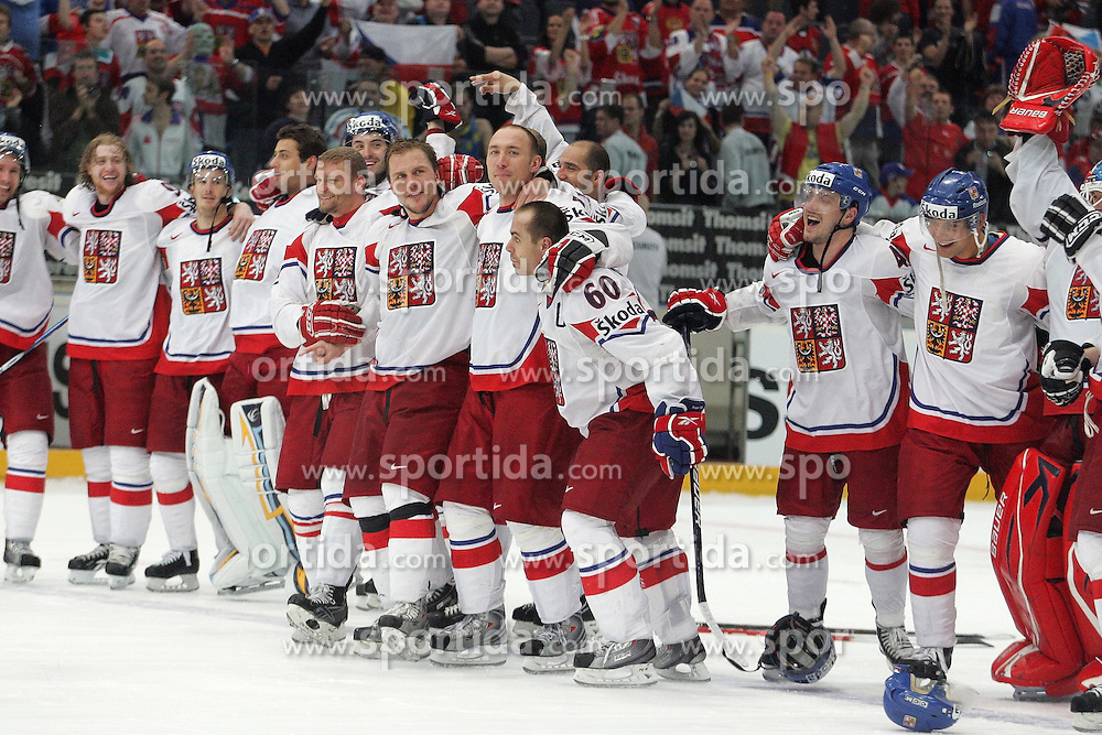 22.05.2010, Lanxess Arena, Koeln, GER, 74. IIHF WM, Halbfinale, Schweden ( SWE ) vs Tschechien ( CZE ) im Bild: Team CZE is celebrating its win again Sweden  EXPA Pictures © 2010, PhotoCredit: EXPA/ nph/   Florian Mueller / SPORTIDA PHOTO AGENCY
