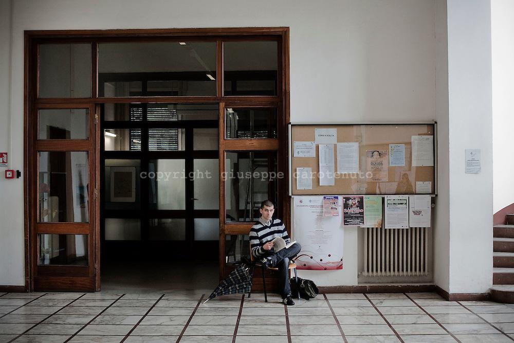 PISA. UNO STUDENTE SEDUTO NELL'ANDRONE DELLA FACOLTA' DI FARMACIA DELL'UNIVERSITA' DI PISA