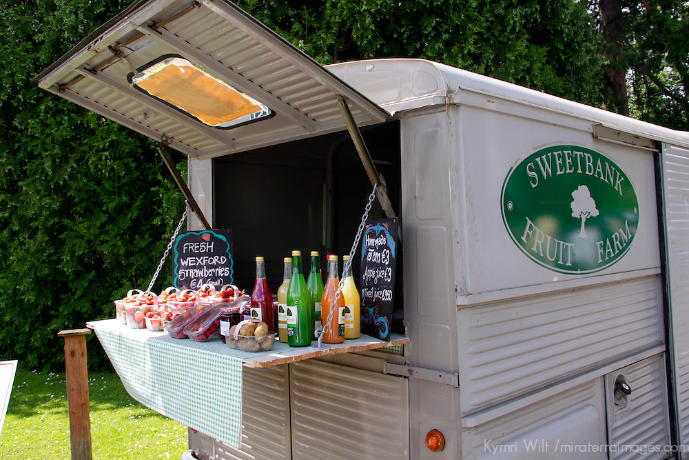 Europe, Ireland, Wicklow. A food cart selling fresh local fruits and juices in County Wicklow.