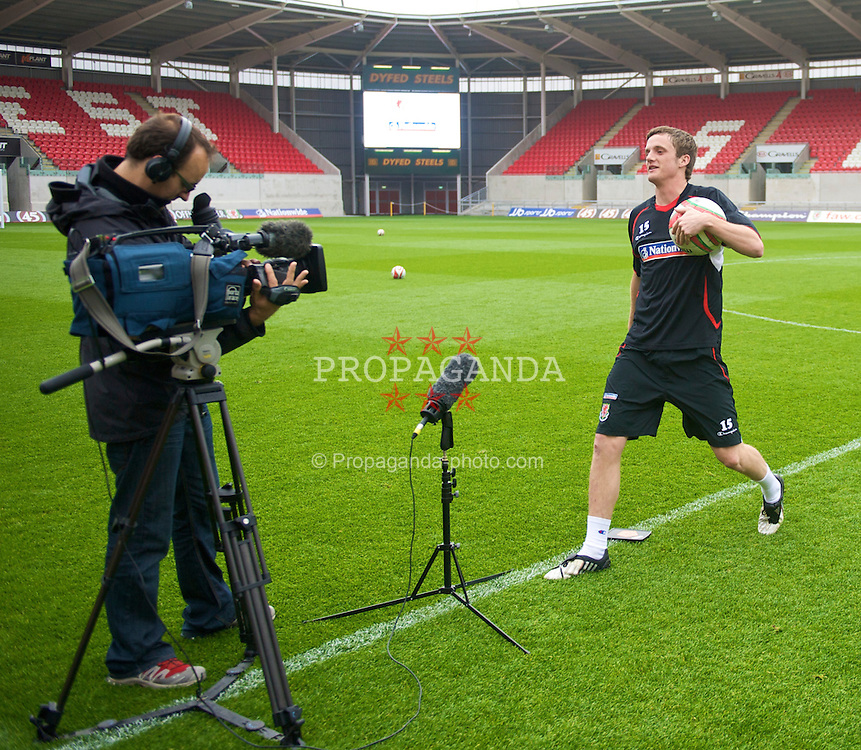 LLANELLI, WALES - Wednesday, May 27, 2009: Wales' Andy King films a piece for Sky Sports' cross bar challenge after training at Parc Y Scarlets ahead of the International friendly match against Estonia. (Pic by David Rawcliffe/Propaganda)