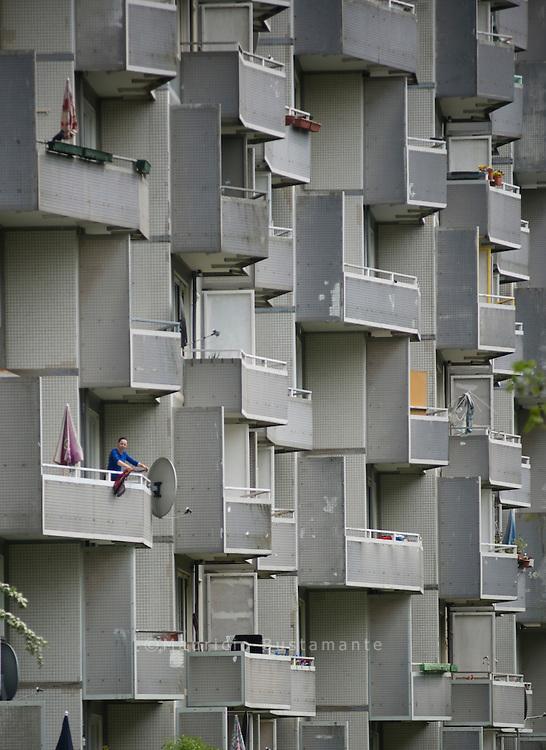 66 Meter ragt das h&ouml;chste Haus der Saga GWG im Osdorfer<br /> Born in den Himmel. Es ist kein Zufall, dass es so hoch ist,<br /> denn es sollten m&ouml;glichst viele Menschen<br /> darin Wohnraum finden. Die in<br /> den 1960er-Jahren in Hamburg erbauten<br /> Hochhaussiedlungen sollten die L&ouml;sung<br /> für die damals gravierende Wohnungsnot<br /> sein, so auch im Osdorfer<br /> Born. Hamburg 15 May 2012.