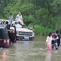 """BEIJING, JUNE 24, 2013 : Teil des Picknicks ist die Abenteuerfahrt im Fluss in Peking's Natur Reservoir Miyun . """" Normal Sterbliche"""" duerfen diesen Teil Miyuns nicht betreten u ebenfalls sind solche Wasserfahrten theoretisch nicht erlaubt. Li gruendete den Club vor einem Jahr . Mitglieder koennen nur per Einladung beitreten und muessen ein gewisses Einkommen nachweisen koennen."""