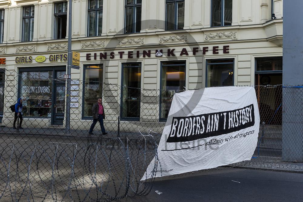 &quot;Borders ain&acute;t history Solidarity with all migrants&quot; steht  am 10.06.2016 an dem ehemaligen Grenz&uuml;bergang Checkpoint Charlie in Berlin, Deutschland auf einem Transparent an einen symbolischen Grenzzaun. Die Aktivisten die die Aktion initiiert haben demonstrieren damit gegen die Abschottungspolitik der EU und die geschlossenen Grenzen. Foto: Markus Heine / heineimaging<br /> <br /> ------------------------------<br /> <br /> Ver&ouml;ffentlichung nur mit Fotografennennung, sowie gegen Honorar und Belegexemplar.<br /> <br /> Bankverbindung:<br /> IBAN: DE65660908000004437497<br /> BIC CODE: GENODE61BBB<br /> Badische Beamten Bank Karlsruhe<br /> <br /> USt-IdNr: DE291853306<br /> <br /> Please note:<br /> All rights reserved! Don't publish without copyright!<br /> <br /> Stand: 06.2016<br /> <br /> ------------------------------Aktivisten bauen am 10.06.2016 an dem ehemaligen Grenz&uuml;bergang Checkpoint Charlie in Berlin, Deutschland einen symbolischen Grenzzaun auf. Die Aktivisten demonstrieren mit der Aktion gegen die Abschottungspolitik der EU  und die geschlossenen Grenzen. Foto: Markus Heine / heineimaging<br /> <br /> ------------------------------<br /> <br /> Ver&ouml;ffentlichung nur mit Fotografennennung, sowie gegen Honorar und Belegexemplar.<br /> <br /> Bankverbindung:<br /> IBAN: DE65660908000004437497<br /> BIC CODE: GENODE61BBB<br /> Badische Beamten Bank Karlsruhe<br /> <br /> USt-IdNr: DE291853306<br /> <br /> Please note:<br /> All rights reserved! Don't publish without copyright!<br /> <br /> Stand: 06.2016<br /> <br /> ------------------------------