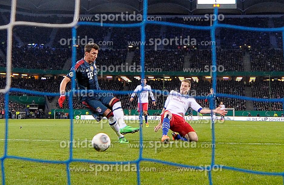 Football: Germany, DFB-Pokal, Hamburger SV - FC Bayern Muenchen, Muenchen, 12.02.2014<br /> Mario Mandzukic (Bayern, l.) scores - Marcell Jansen (Hamburg)<br /> &Atilde;'&Acirc;&copy;&Atilde;'&Acirc;&nbsp;pixathlon