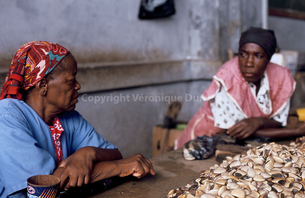 VENDEUSES DE COQUILLAGES, MARCHE CENTRAL, MAPUTO, MOZAMBIQUE/ FRANCE ONLY