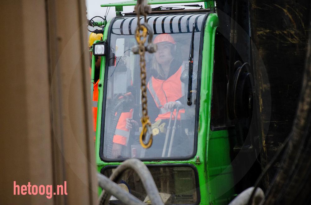 Nederland, Andelst 31jan2011 Minister Schultz van Haegen van Infrastructuur en Milieu gaf maandag 31 januari 2011 het startsein voor de wegverbreding van de A50 tussen de knooppunten Ewijk en Valburg. Onderdeel van deze wegverbreding is de bouw van een extra brug over Waal. Een brug van deze omvang is een uniek project in Nederland. De laatste brug van deze omvang die Rijkswaterstaat realiseerde, was de Martinus Nijhoffbrug over de Waal in de A2 (1995)..Rijkswaterstaat verbreedt het weggedeelte A50 Ewijk - Valburg in beide richtingen van 2x2 naar 2x4 rijstroken en een vluchtstrook in beide richtingen. Hierbij is ook een extra brug over de Waal (ten westen van de bestaande) voorzien. Daarnaast worden de knooppunten Ewijk en Valburg aangepast.