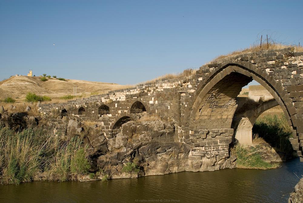 Le fleuve du Jourdain a toujours été un lieu important tant pour son écosystème que pour le commerce entre les peuples. L'exemple le plus significatif de cette tradition est à Old Gescher, un site touristique situé sur la ligne frontière entre Israël et la Jordanie, à mi-chemin entre le lac de Tibériade et la ville de Beit Shean. On y trouve trois ponts : un pont romain vieux de 2000 ans, un pont ottoman construit en 1904 pour la ligne de chemin de fer Haïfa-Damas et, un pont construit en 1925 sous le mandat britannique. Old Gesher est le seul point de frontière où l'on peut ouvrir la barrière militaire pour approcher les ponts et la rive du Jourdain. Israël, mai 2011