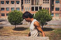 Roma - 2012 Agosto 06 - Alcuni rifugiati, di varie nazionalità, in particolare Afgani, trovano riparo sui piani di uno scheletro di cemento, accanto al centro di accoglienza provvisorio, nel quartiere Garbatella.