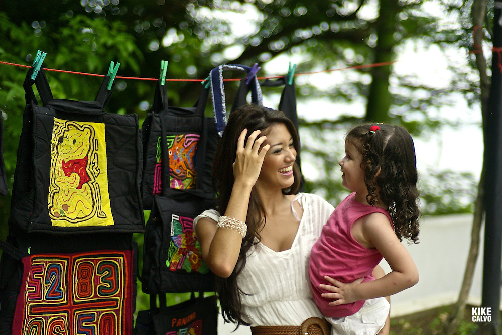A mother enjoys a shopping day at Panama´s old city with her daughter.