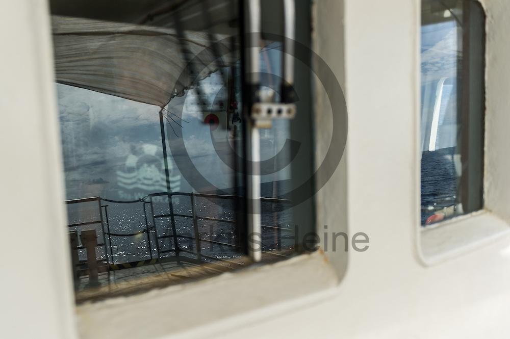 Das Meer spiegelt sich am 21.09.2016 auf dem Fluechtlingsrettungsboot Sea-Watch 2 an der Kueste vor Lampedusa, Italien in den Fenstern der Br&uuml;cke. Foto: Markus Heine / heineimaging<br /> <br /> ------------------------------<br /> <br /> Veroeffentlichung nur mit Fotografennennung, sowie gegen Honorar und Belegexemplar.<br /> <br /> Publication only with photographers nomination and against payment and specimen copy.<br /> <br /> Bankverbindung:<br /> IBAN: DE65660908000004437497<br /> BIC CODE: GENODE61BBB<br /> Badische Beamten Bank Karlsruhe<br /> <br /> USt-IdNr: DE291853306<br /> <br /> Please note:<br /> All rights reserved! Don't publish without copyright!<br /> <br /> Stand: 09.2016<br /> <br /> ------------------------------