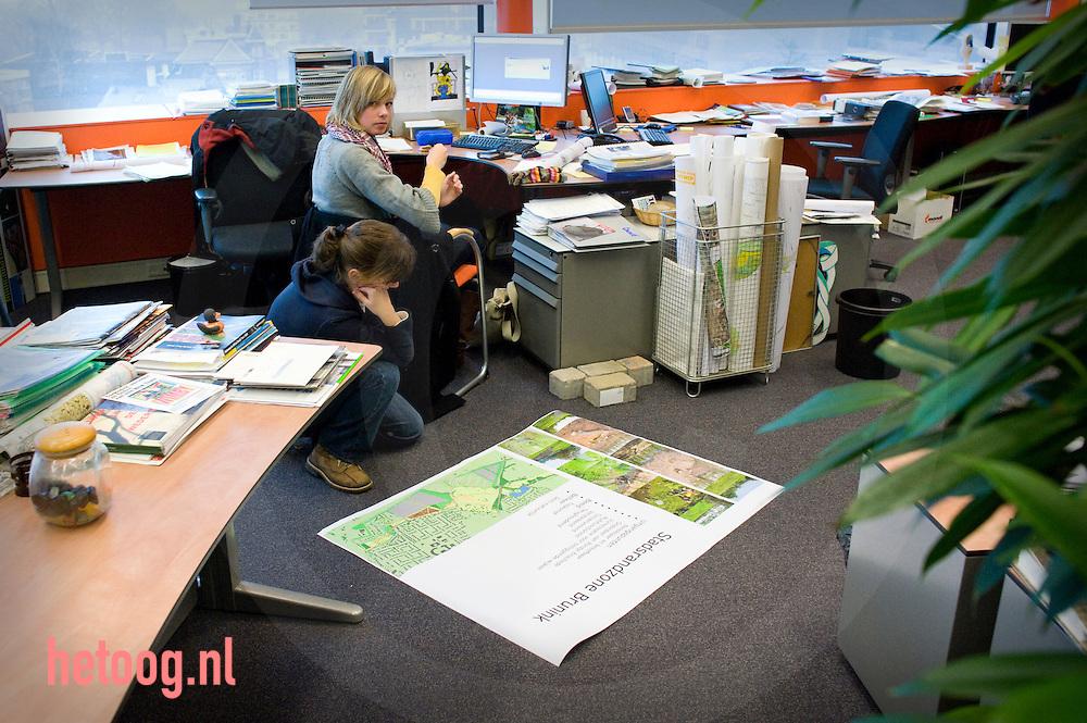 reportage over de overheidsorganisatie die ver is met het digitaliseren.van haar ruimtelijke plannen: Enschede. De gemeente geldt als.een van de koplopers die alle bestemmingsplannen al op de website heeft.staan.  medewerkers van verschillende afdelingen (naast de r.o.-afdeling.ook de ICT- en vastgoedafdeling), te spreken krijg. Enschede voert nog een.extra digitaliseringsslag uit met het oog op de nieuwe Wro. De haken en ogen.die hieraan kleven zijn hoogst actueel.