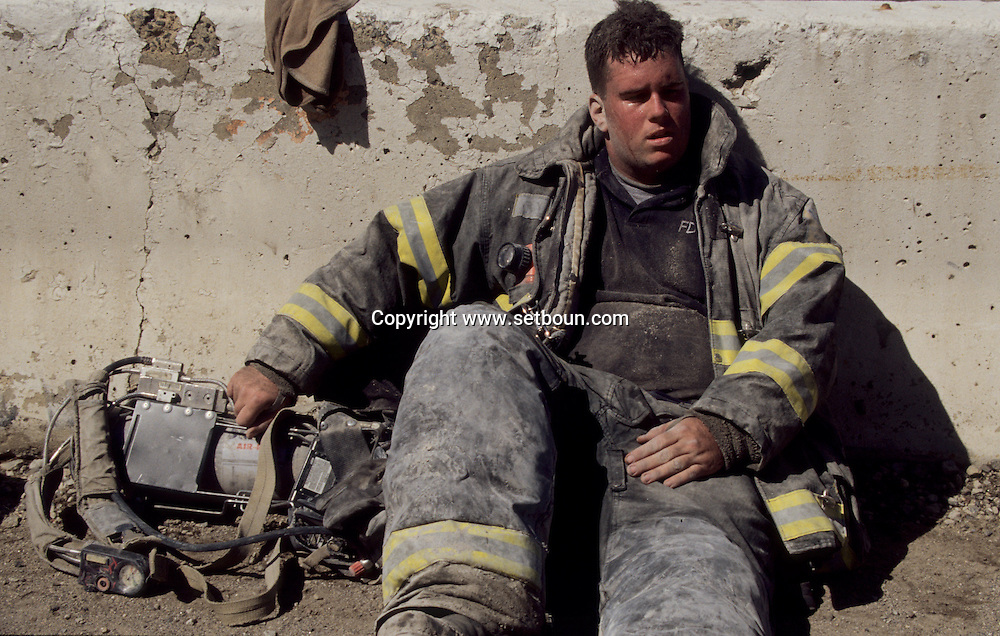 New York. 9/11  terrorist attack on the twin towers of the world trade center towers, fireman exhausted, in Manhattan  New york  Usa  New york -     /   9 septembre, attaque terroriste sur les tours du world trade center , pompier extenue,  Manhattan  New york  USA