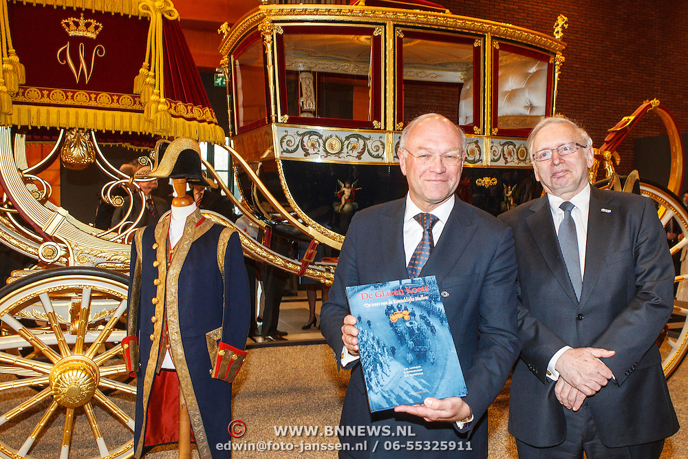 NLD/Den Haag/20150316 - Koning Willem - Alexander onthult gerestaureerde glazen koets<br /> <br /> King Willem-Alexander unveils restored glass carriage<br /> <br /> Op de foto: schrijver J. W. Landman en dhr. ...........