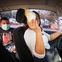 Manuel Alejandro Romero recibe una mascarilla de su madre, Jaqueline Romero (d) para protegerse de los gérmenes. Gracias a FundaHigado, en junio de 2012, Manuel Alejandro recibió un trasplante de higado que le permite disfrutar de la vida. Maracaibo, Venezuela 20 y 21 Oct. 2012. (Foto/ivan gonzalez)