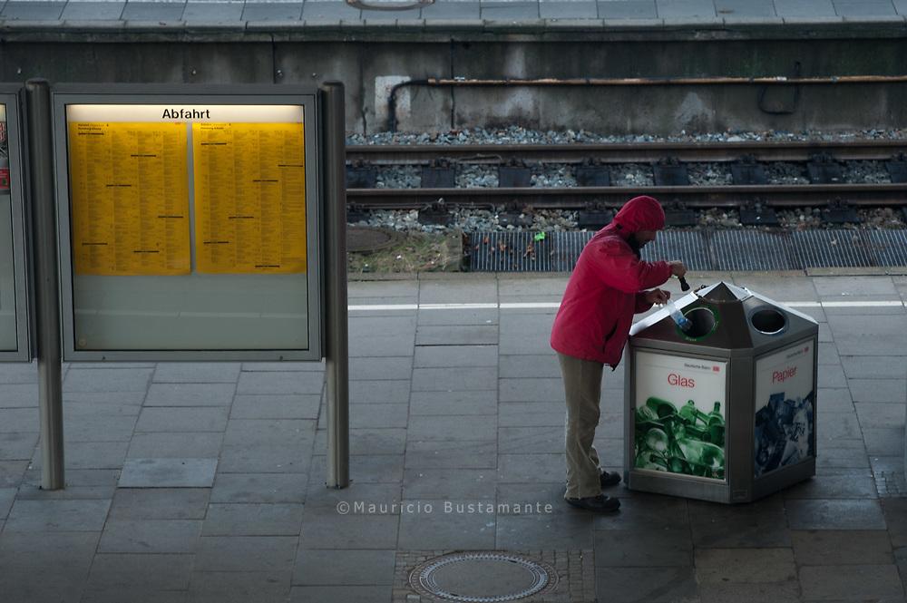 """Wer aus den Mülleimern auf dem Bahnhof Pfandflaschen sammelt, fällt bei der Deutschen Bahn in Ungnade: Die Hausordnung verbietet """"das Durchsuchen von Abfallbehältern"""". Schlimm für die, die sich mit weggeworfenen Flaschen ein paar Cents verdienen."""