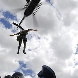 Exercice du Groupement Blind&eacute; de Gendarmerie Mobile (GBGM), de ses pelotons d'intervention (PI) et de ses VBRG avec le soutien de l'EC145 du DAG Velizy-Villacoublay au camp de la frileuse .<br /> Juillet 2008 / Beynes (78) / FRANCE