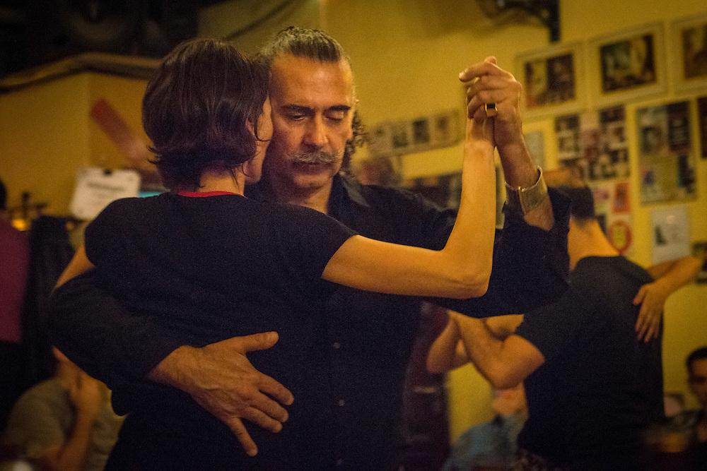 La mythique Milonga « Los Jueves de Ana Postigo » du Cochabamba est le rendez-vous hebdomadaire pour les danseurs dans le quartier de San Telmo.