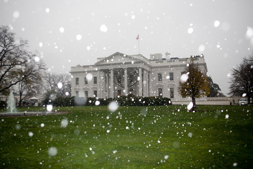 Snow falls at the White House in Washington, DC, on Saturday, December 5, 2009.